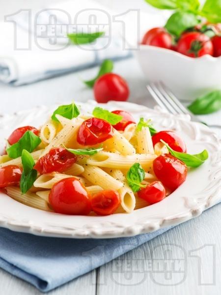 Лесна паста (макарони) с чери домати, чесън, зехтин и босилек - снимка на рецептата